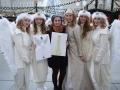 Die Designerin Celina Mayr, mit mit Entürfen und den fertigen Kleidern