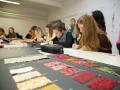 Schülerinnen der Modeschule Hallein Arbeiten am neuen Design