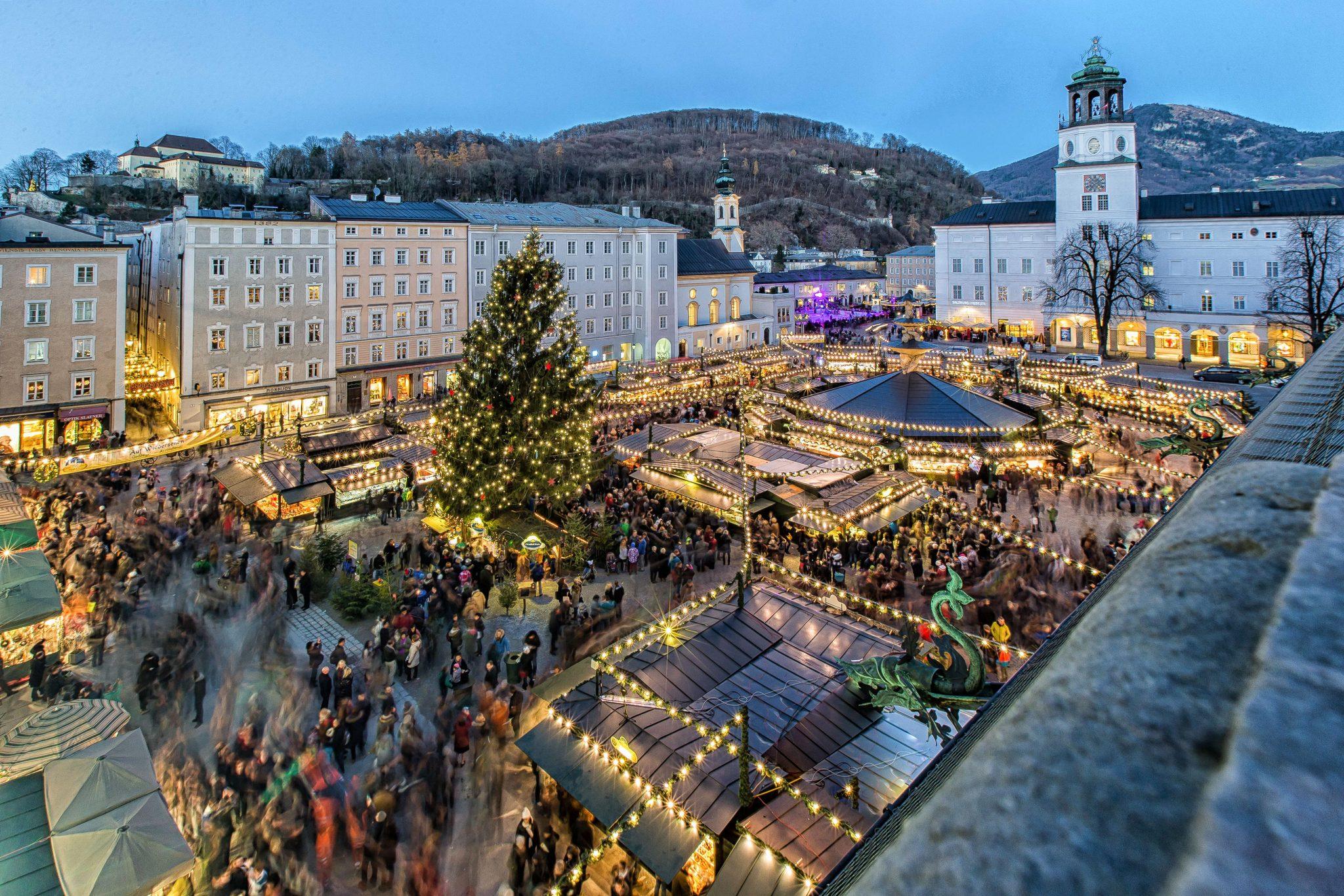 Christkindlmarkt in Salzburg Salzburger Christkindlmarkt Im Bild Touristen, Besucher, Beleuchtung, Stimmung, Adventmarkt Franz Neumayr 7.12.2015